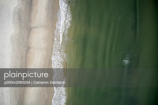 USA, North Carolina, Atlantic Ocean, Outer Banks, waves meeting the coastline beaches - p300m2083204 by Cameron Davidson