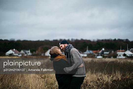 Couple standing together - p312m2190137 by Amanda Falkman