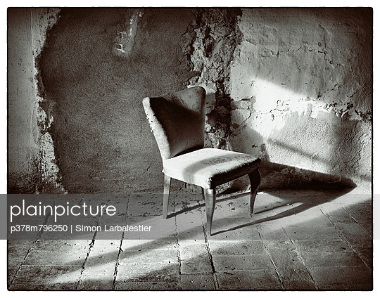 Chair in sunlit room - p378m796250 by Simon Larbalestier