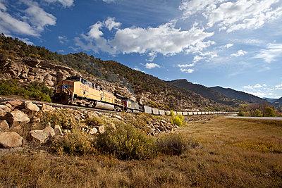 Diesellokomotiven mit sehr vielen Kohlewaggons in Colorado  - p1525m2087390 von Hergen Schimpf