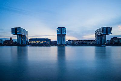 Germany, North Rhine-Westphalia, Cologne, Crane houses at Rheinau harbour in the evening - p300m1023564f by Walter G. Allgöwer
