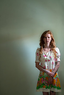 Red-haired woman with tattoos - p427m1466417 by Ralf Mohr