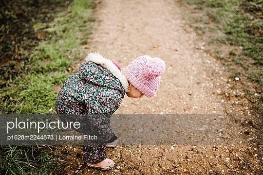 Kleines Mädchen auf einem Waldweg - p1628m2244873 von Lorraine Fitch