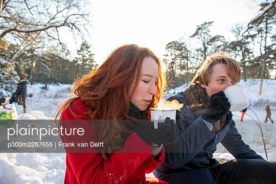 Netherlands, Vught, Vughtse Hei, ginger girl and boyfriend iceskating - p300m2287655 von Frank van Delft