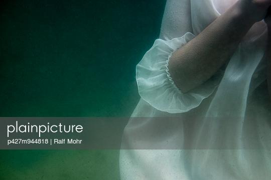 Under water - p427m944818 by Ralf Mohr