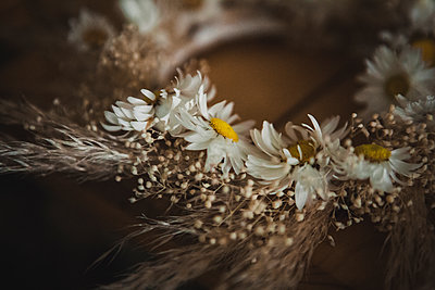 Krone aus Blumen - p1150m2053483 von Elise Ortiou Campion