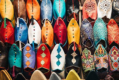 Bunte orientalische Schuhe in der Medina Marrakesch in Marokko - p1497m2071396 von Sascha Jacoby