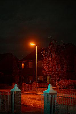 Street lamp lights up deserted road - p1681m2263255 by Juan Alfonso Solis