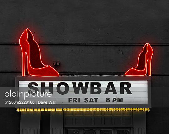 Nachtclub, Showbar, mit Neonbeleuchtung - p1280m2229160 von Dave Wall