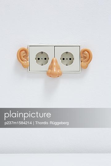 Steckdose mit Plastikohren - p237m1584214 von Thordis Rüggeberg