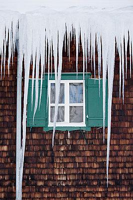 Fenster hinter Eiszapfen - p1204m1000648 von Michael Rathmayr