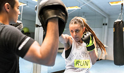 Young woman in gym doing boxing training - p300m1156492 by Marco Govel