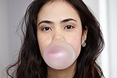 Germany, Cologne, Young woman blowing bubble gum - p300m1188645 by Rainer Holz