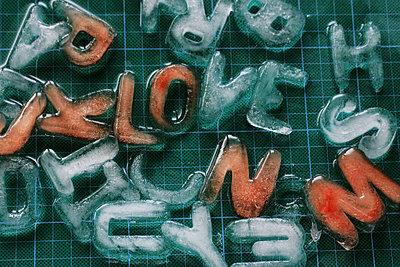 Buchstaben aus Eis - p450m814996 von Hanka Steidle