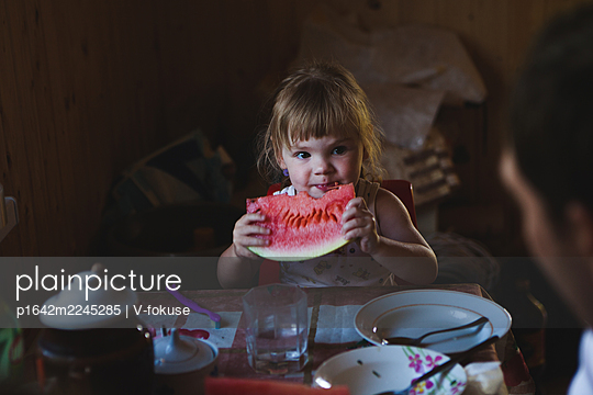 Little girl eating watermelon - p1642m2245285 by V-fokuse