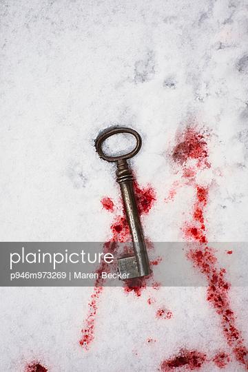 Blutiger Schlüssel im Schnee - p946m973269 von Maren Becker