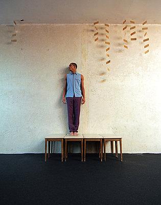 Junger Mann auf Hockern - p2682104 von Rui Camilo