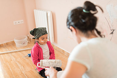 Mother and daughter painting wall in children's room - p300m1449662 by Jaen Stock