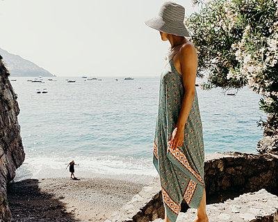 Frau blickt aufs Meer - p432m2045442 von mia takahara