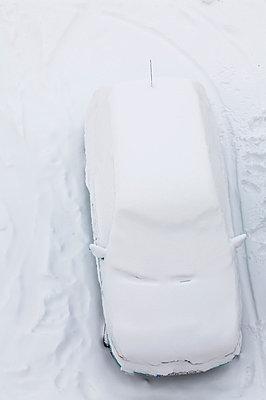 Auto vom Schnee bedeckt - p6060473 von Iris Friedrich