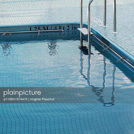 Swimmingpool on cruise ship - p1105m1574473 by Virginie Plauchut