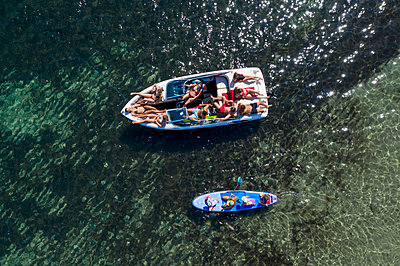 Young people chilling out on a motorboat, aerial view - p1437m2283287 by Achim Bunz