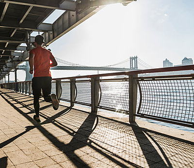 USA, New York City, man running at East River - p300m1192075 by Uwe Umstätter