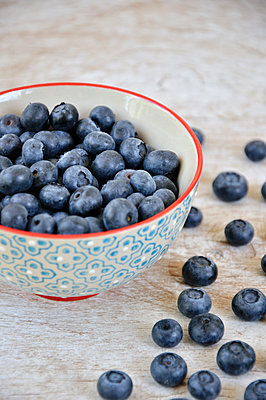 Bowl of fresh blueberries - p577m1531691 by Mihaela Ninic