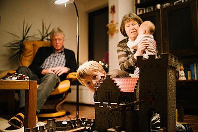Großeltern mit Enkelkindern - p819m1128406 von Kniel Mess
