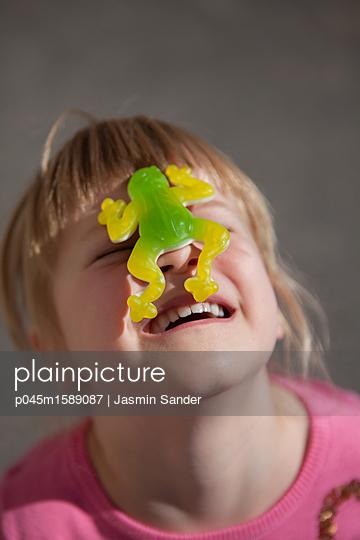 Weingummi-Frosch auf dem Gesicht - p045m1589087 von Jasmin Sander