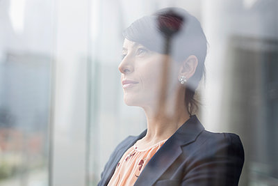 Pensive businesswoman looking away - p1192m1473134 by Hero Images