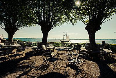 Segelschiff in der Kieler Förde an einem Sommermorgen - p1493m2057798 von Alexander Mertsch