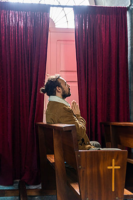 Man praying in a church - p300m2169854 by VITTA GALLERY