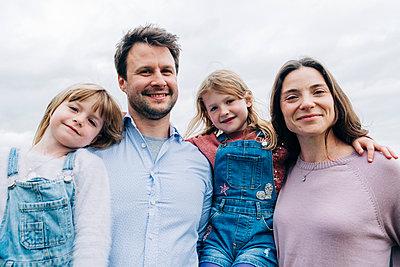 Family having fun at the park. London, England. - p300m2298928 von Angel Santana Garcia