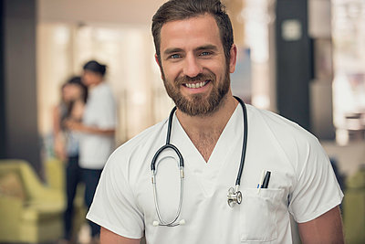 Healthcare worker portrait - p623m1447773 by Eric Audras