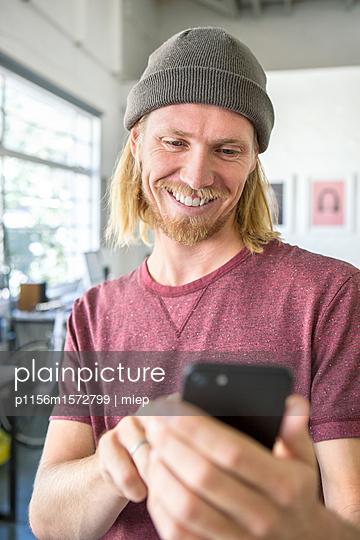Mann mit Mütze - p1156m1572799 von miep