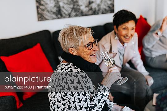 Women drinking champagne - p312m2237480 by Plattform