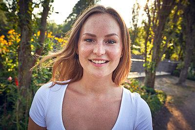 Portrait of a smiling, pretty woman in summer - p300m2043038 von Martina Ferrari