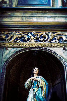 Statue of the Virgin Mary close-up - p597m1161392 by Tim Robinson