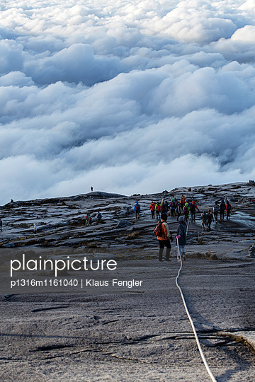 Abstieg der Berg-Touristen vom Low's Peak 4091 m, Mount Kinabalu, Borneo, Malaysia - p1316m1161040 von Klaus Fengler