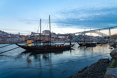 Portugal, Porto, Ribeira with boats on the river Douro - p1332m2197144 by Tamboly