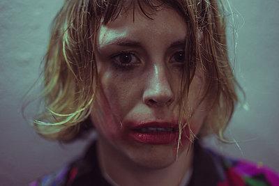 Frau mit verschmiertem Augen Make Up - p1474m2031223 von Yuriy Orgakov