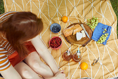 Woman sitting on picnic blanket - p1491m2176031 by Jessica Prautzsch