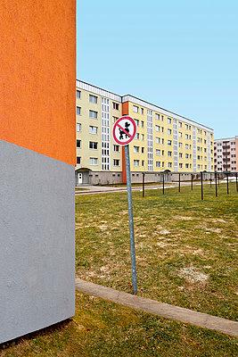 Wohngebiet mit Hundeverbotsschild - p710m721055 von JH