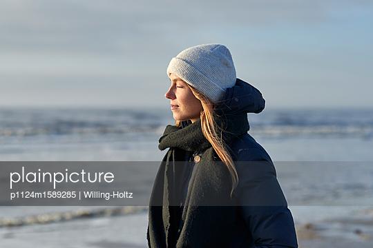 Frau mit Mütze am Meer - p1124m1589285 von Willing-Holtz