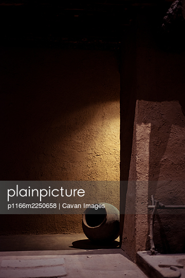 Ceramic pot with clay wall in shadowed corner of Fridas House Mexico - p1166m2250658 by Cavan Images
