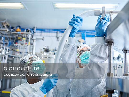 Chemical laboratory technicians fitting hose - p300m2004032 von Christian Vorhofer