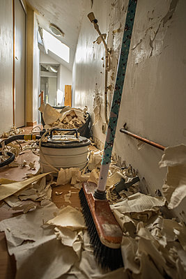 Wallpapering in an apartment, ripped wallpaper - p1402m2177995 by Jerome Paressant