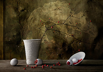 Vase and spilling plate with berries - p555m1408996 by Shestock