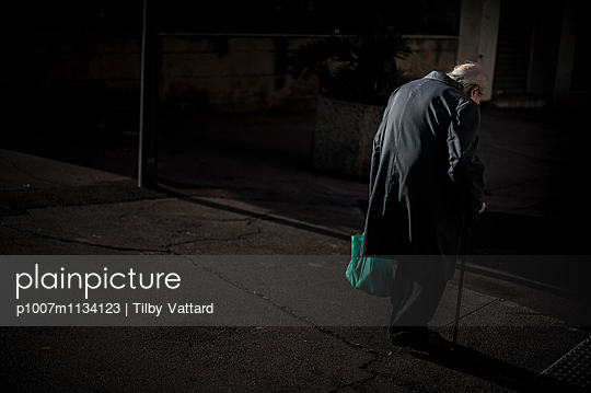 Back of an old round-shouldered man - p1007m1134123 by Tilby Vattard